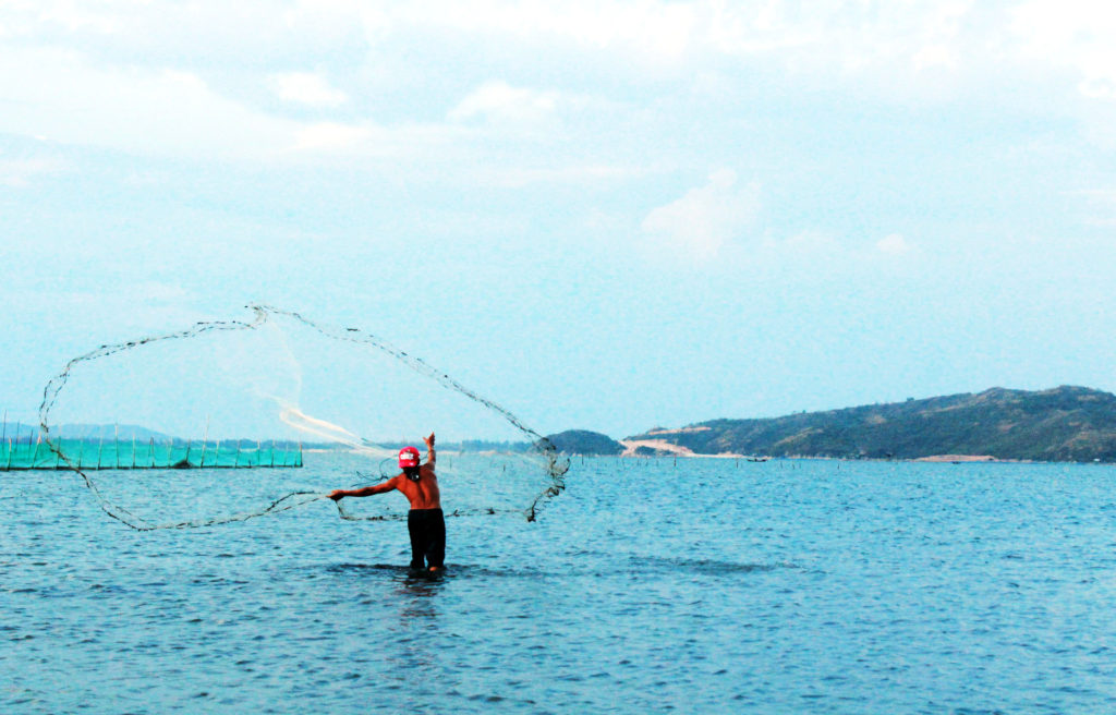 Phu Yen Travel - Catching fish at O Loan Lagoon