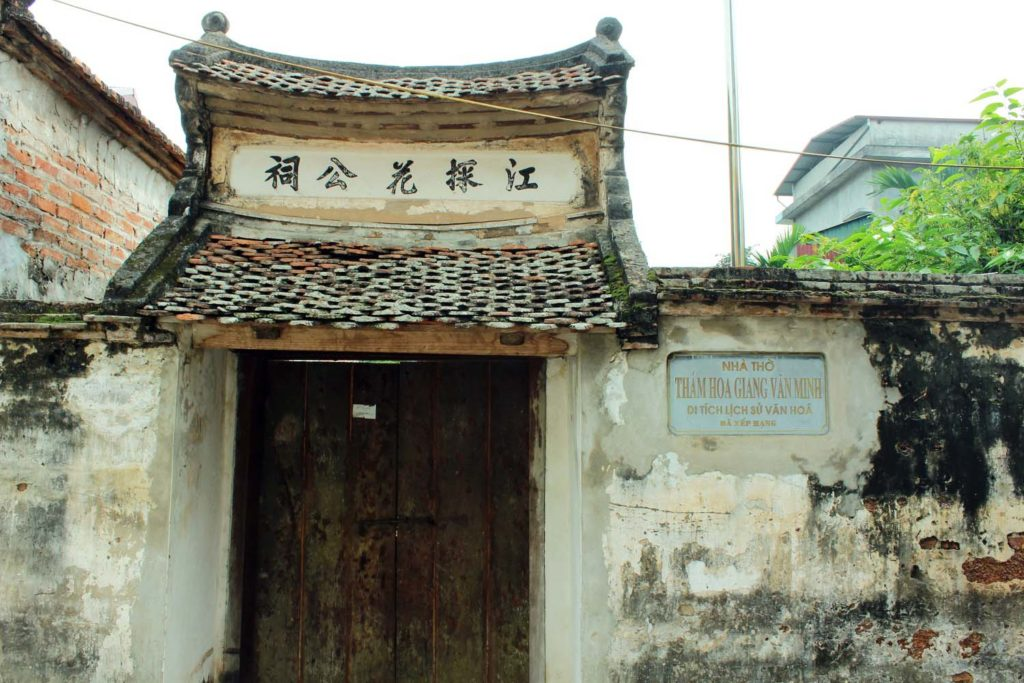 One of the many temples at Duong Lam